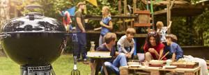 Grill węglowy w czasie pikniku w ogrodzie