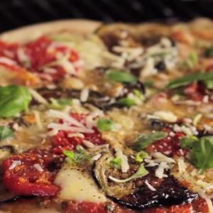 Przepis na pizzę z grilla węglowego