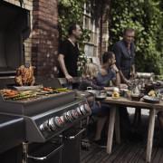 Zdjęcie przedstawia przykładowe użycie grilla. Obiekty będące rekwizytami użytymi na potrzeby zdjęcia nie są przedmiotem oferty produktu.